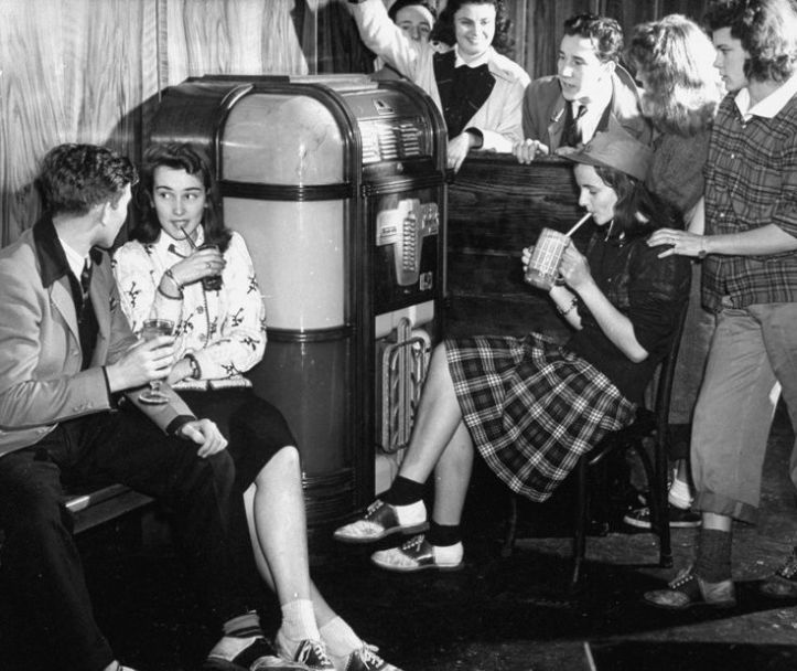 1940s-1950s-teenagers-listening-to-music-at-the-soda-shop